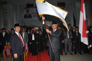 Usai dilantik Ketua ICMI Malut mengangkat bendera Pataka ICMI